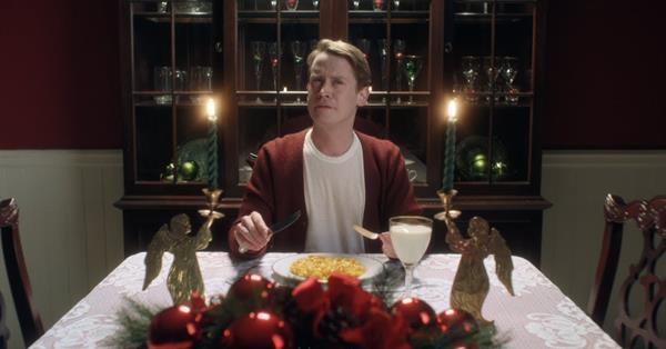 Google воссоздал сцены из фильма «Один дома» в праздничной рекламе Assistant