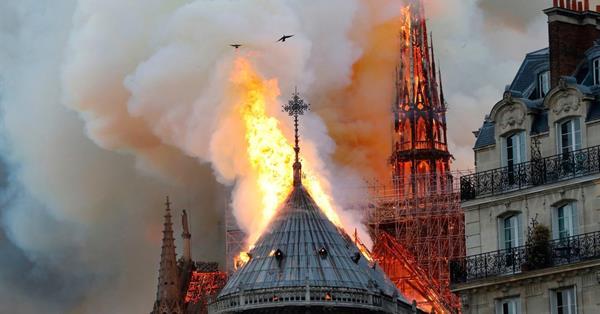 Алгоритм YouTube добавил в трансляцию пожара в Нотр-Дам де Пари факты об атаках 9/11