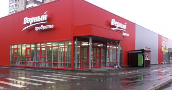 Яндекс начал продажу рекламы на цифровых экранах в магазинах «Верный»
